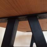 テーブル鉄脚下から見た写真