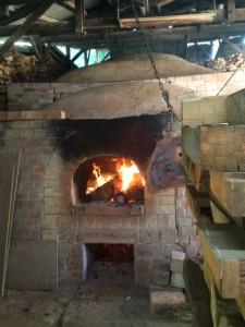 小代焼ふもと窯での窯開きの様子